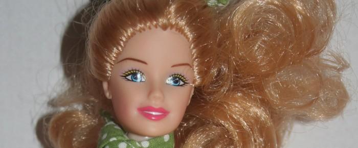 Ruhához illő kendő és hajkötő készítése barbie-nak