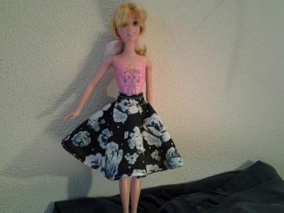 Ezt a harangszoknyát Kis Pál Nóra készítette , az alap barbie ruha készítő csomaggal