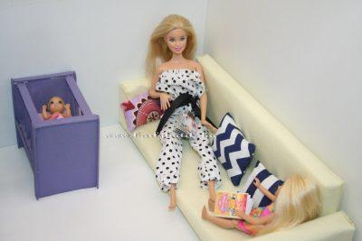 kanapé babaágy babákkal