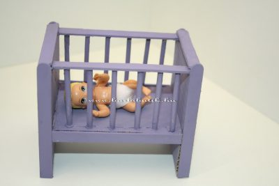 kiságy babával