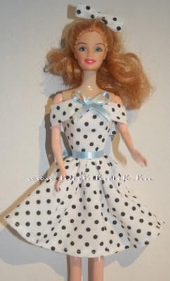 fekete fehér pöttyös ujjatlan barbie ruha kék öv és masni