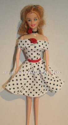 fekete fehér pöttyös ejtett vállú barbie ruha piros rózsa és öv