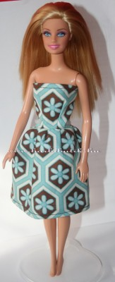 barna kék barbie ruha tartóval 2