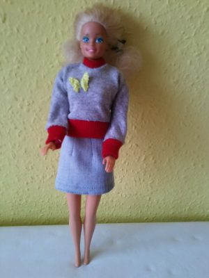 Horvát Erzsébet unokájának készíti a barbie ruhákat, szűkített szoknya+ felső.