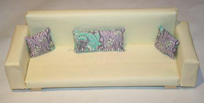 barbie kanapé lila párnákkal