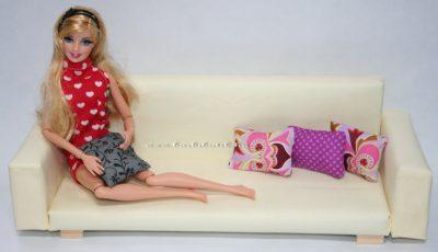 színes párnás kanapé barbieval