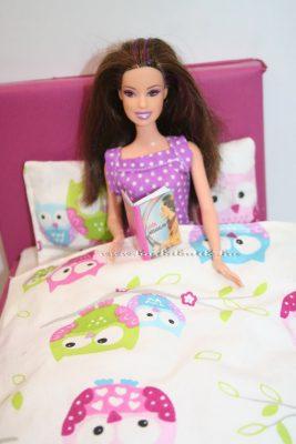 barbie az ágyban olvas