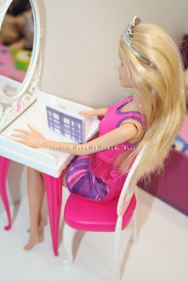 barbie ír a naplójába
