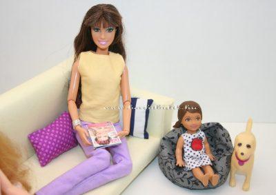 barbie kanapán újságot olvas