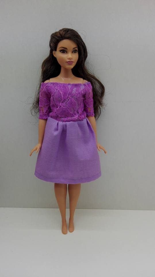 curvy barna hajú lila ruhában