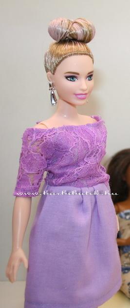 kontyos curvy barbie lila ruhában