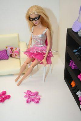 barbie cipőt próbál