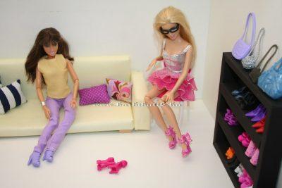 Barbiek cipőt próbálnak