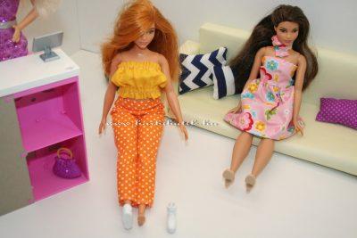 curvy barbie cipőt próbál