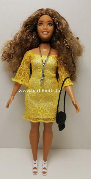 barna hajú dundi barbie sárga ruhában egész alakos