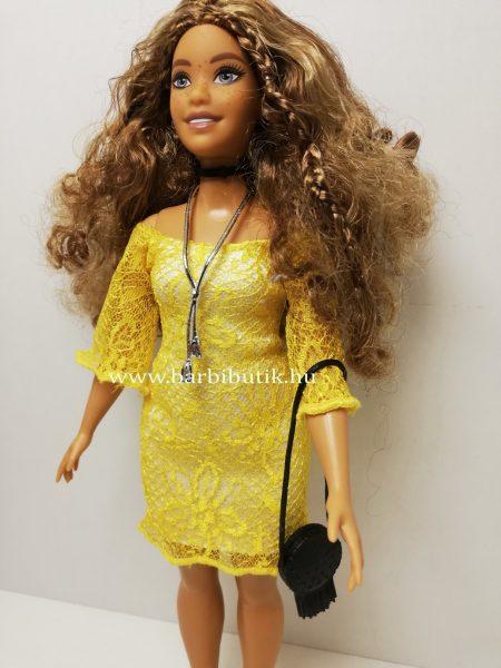 barna hajú dundi barbie sárga ruhában oldalról